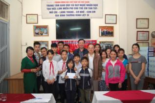 Công ty XSKT Thủ đô tặng quà cho Trung tâm dạy nghề nhân đạo tạo việc làm cho trẻ em khuyết tật Việt