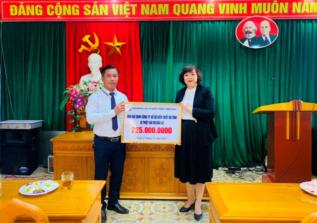 Đ/c Nguyễn Thị Thủy - Chủ tịch Hội đồng XSKTMB trao quà ủng hộ CBNV C.ty XSKT Hà Tĩnh do bão lũ