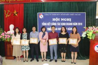 Chủ tịch Công ty trao bằng khen cho các tập thể lao động xuất sắc năm 2019