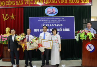 Lễ trao huy hiệu 30 năm tuổi Đảng