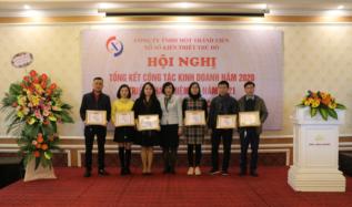Đ/c Nguyễn Thị Thủy - Chủ tịch Công ty trao giấy khen cho các tập thể lao động xuất sắc năm 2020