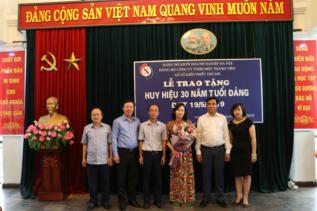 L ễ trao huy hiệu 30 năm tuổi Đảng